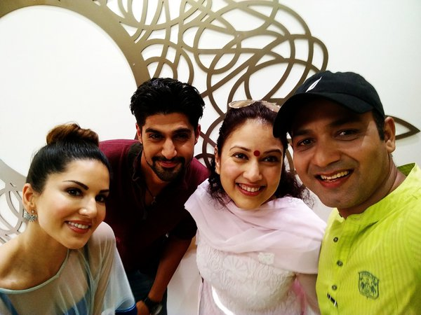 Sunny Leone Selfie with Tanuj Virwani On The Sets of One Night Stand Movie