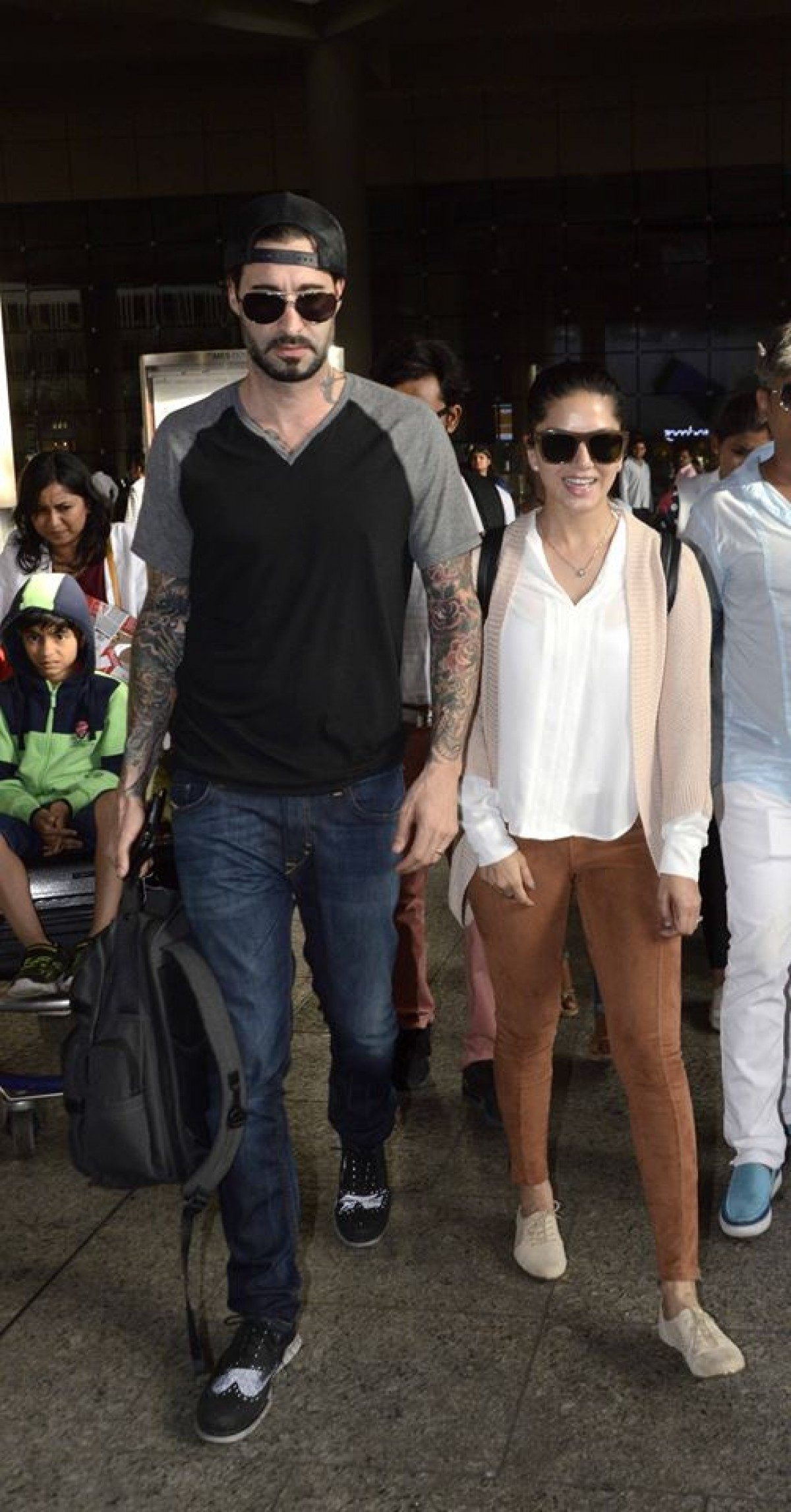 Sunny Leone Snapped with husband Daniel at Mumbai Airport