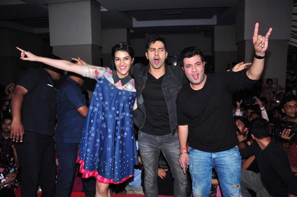 Varun Dhawan & Kriti Sanon Promote Dilwale Movie at Mithibai College
