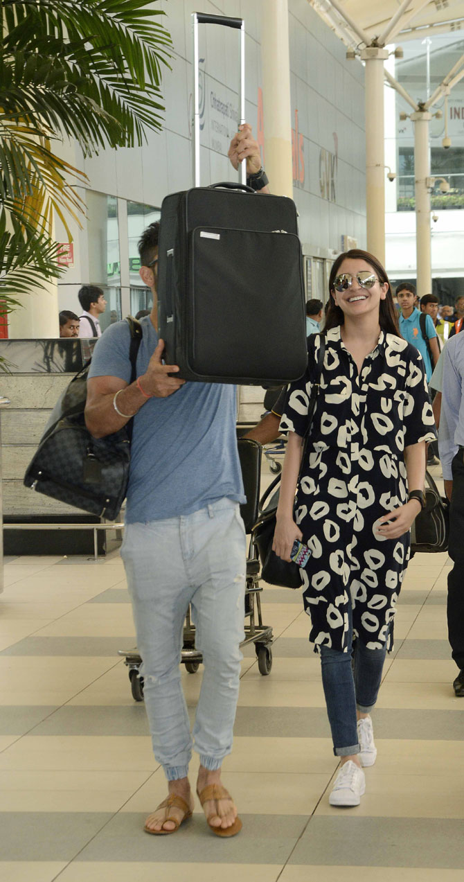 Virat Kohli & Anushka Sharma Spotted at Mumbai Airport